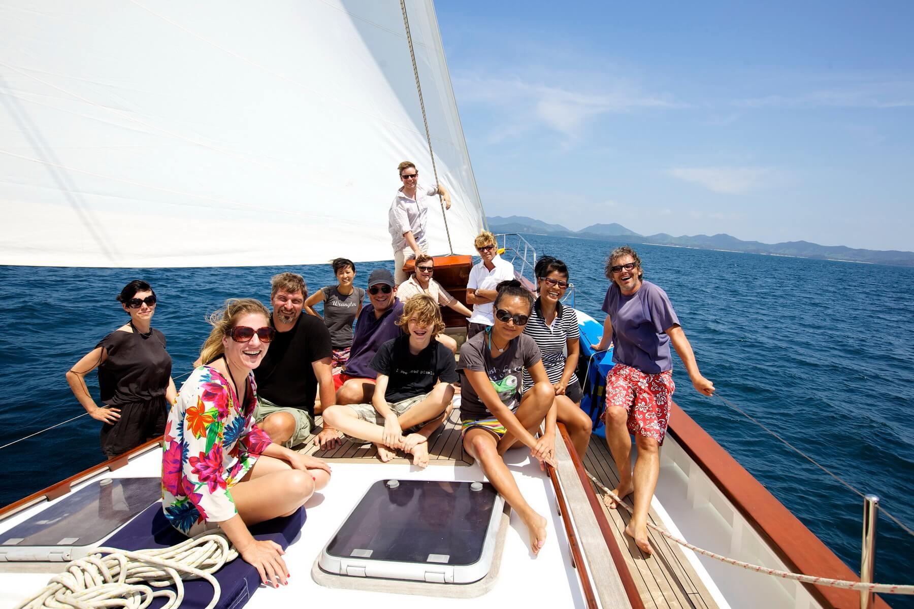 Touristen auf dem Segelboot Meta IV.