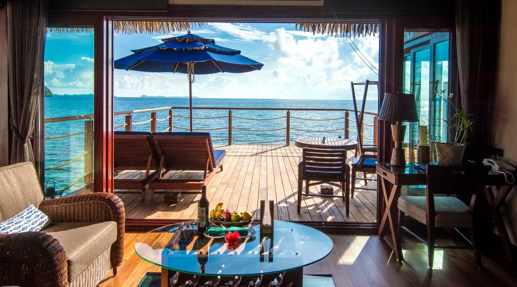 Die geräumigen Wasserbungalows im Palau Pacific Resort eignen sich für bis zu drei Erwachsene bzw. 2 Erwachsene und 2 Kinder.