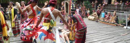 Auf einer Reise zur indigenen Bevölkerung von Kalimantan hat man Gelegenheit an einer traditionellen Zeremonie der Dayak teil zu nehmen.