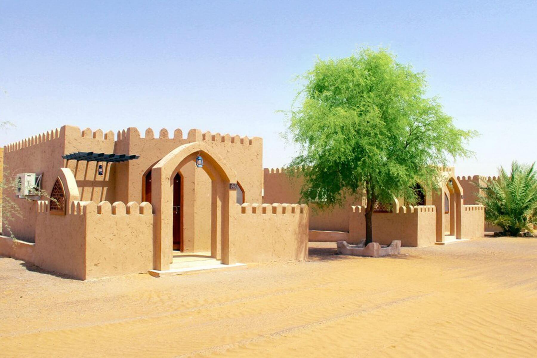 Aussenansicht der typischen Deluxe Zimmer im Arabian Oryx Camp in der Wüste Scharqiyya Sands