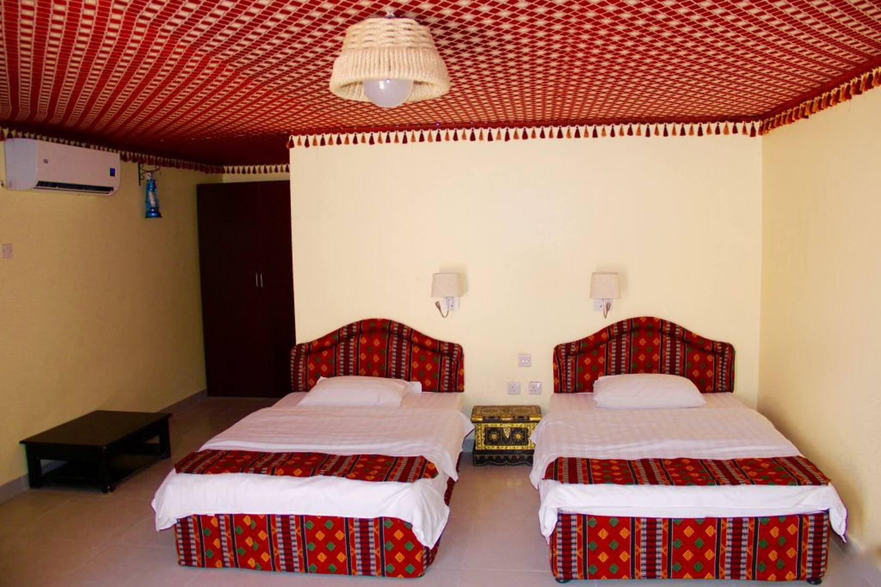 Innenansicht der typischen Deluxe Zimmer im Arabian Oryx Camp in der Wüste Scharqiyya Sands