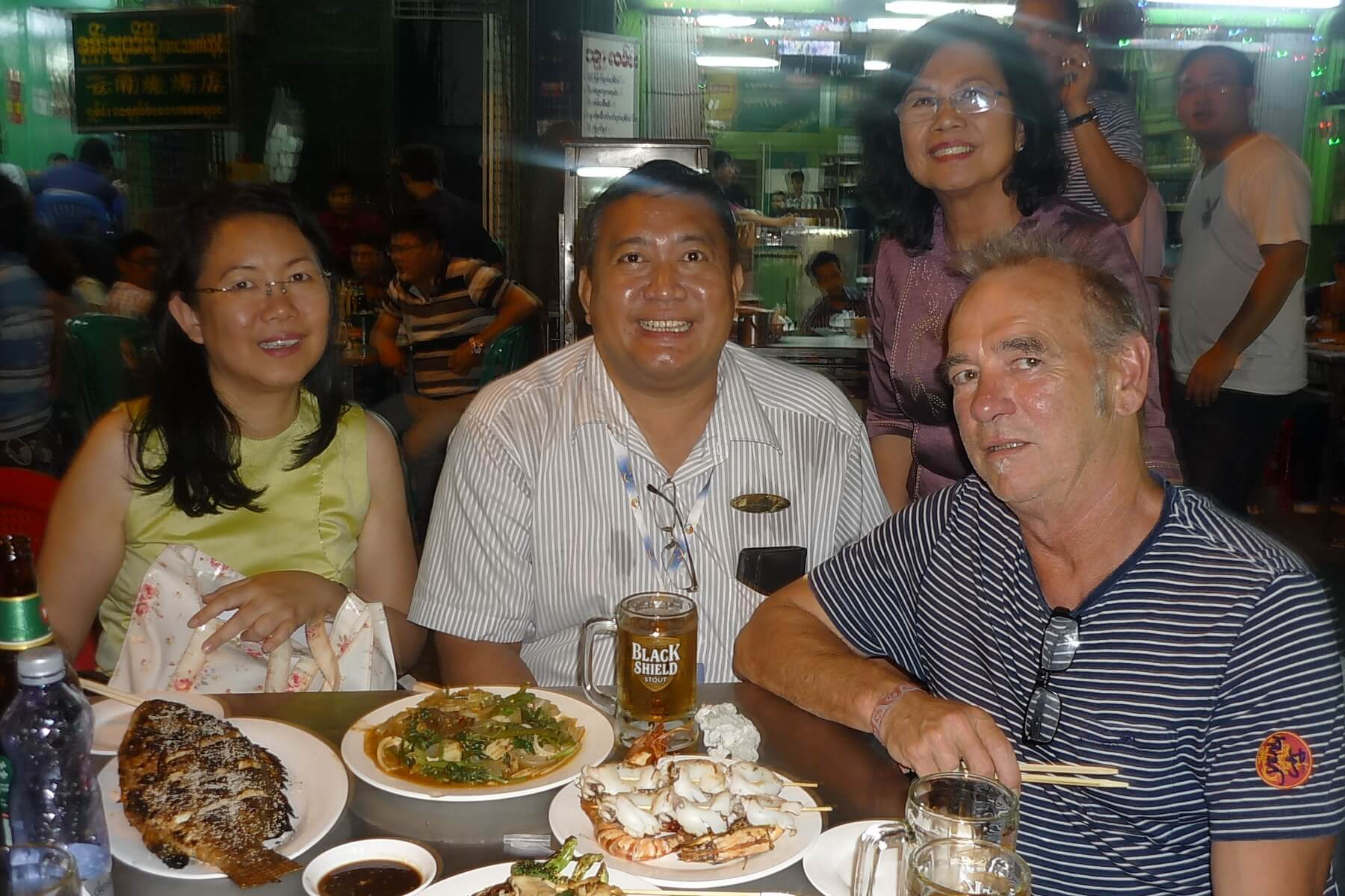Unser Myanmar Experte beim Abendessen