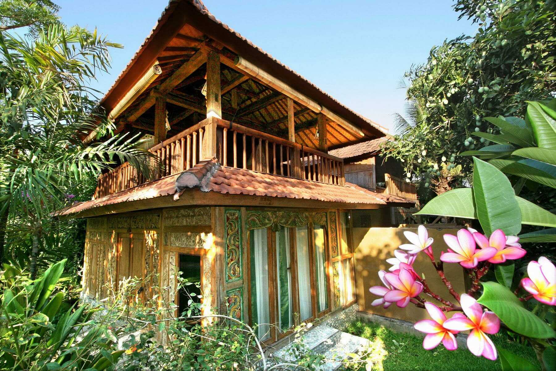 Das Pondok Sari Beach & Spa Resort liegt an der ruhigen Nordwestküste Balis, direkt an einem feinsandigen Lavastrand in dem kleinen Ort Pemuteran.