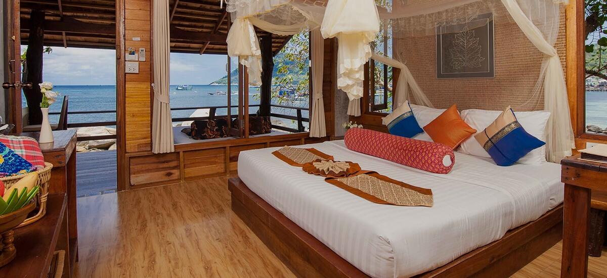 Die stilvoll mit Holz eingerichteten Bungalows des Sensi Paradise Beach Resorts verteilen sich über die gesamte Anlage und verfügen über Balkon, Badezimmer mit Dusche, Klimaanlage, Ventilator und Moskitonetz.