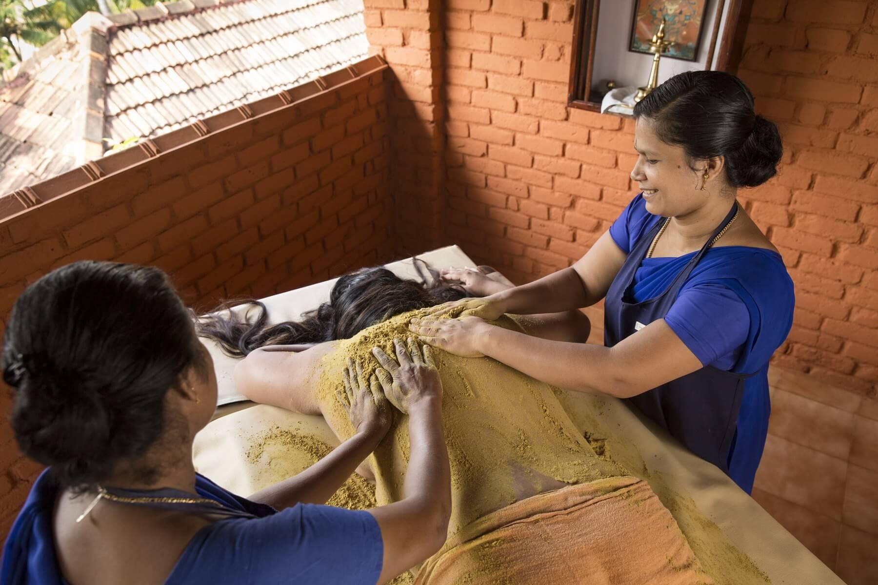 Im indischen Ayurveda spielen Pulvermassagen, Udvartana genannt, eine wichtige Rolle als Alternative zu den reichhaltigen Ölmassagen.