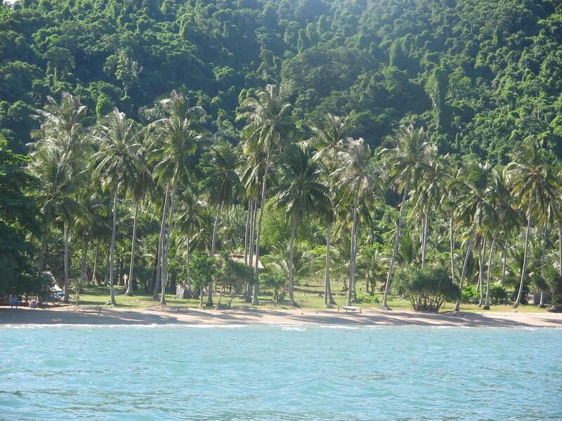 Die vorgelagerte Insel Rabbit Island mit nur einigen Bambushütten, die auch als günstige Unterkünfte dienen, und einem traumhaft schönen Badestrand.
