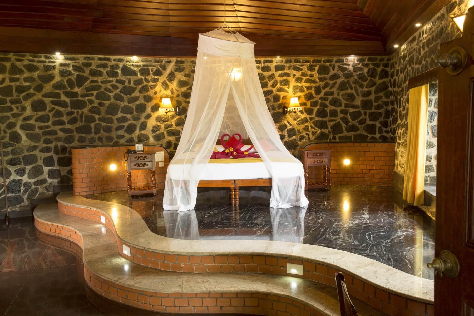 Die Deluxe Suite Sidhartha im Somatheeram Ayurvedic Health Resort bietet neben Wohn- und Schlafzimmer auch eine Terrasse, Freiluftbad sowie Panoramablick.