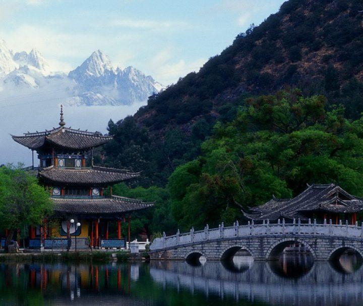 Der Schwarze-Drachenteich-Park mit dem Deyue-Pavillon nahe Lijiang, am Jadedrachen-Schneeberg.