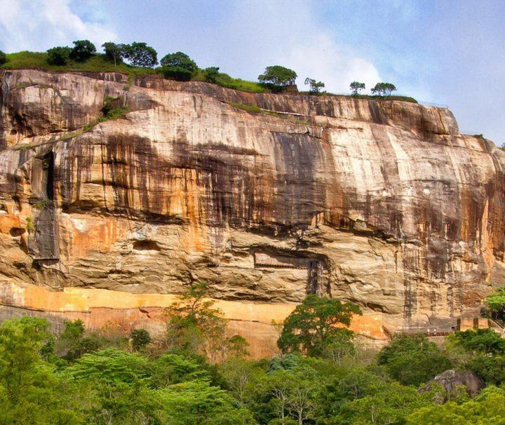 Die Ruinen der historischen Felsenfestung Sigiriya wurden 1982 von der UNESCO zum Weltkulturerbe erklärt.