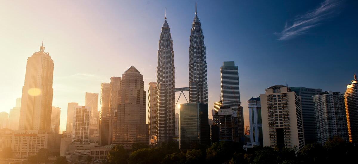 Die beeindruckenden Petronas Twin Towers prägen schon von Weitem die Skyline der Stadt.