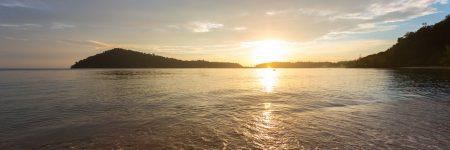 Am breiten Sandstrand nahe des Fischerdorfes Bang Bao auf der Insel Koh Chang lassen sich traumhafte Sonnenuntergänge genießen.