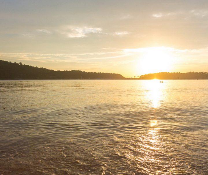 Am breiten Sandstrand nahe des Fischerdorfes Bang Bao lassen sich traumhafte Sonnenuntergänge genießen.