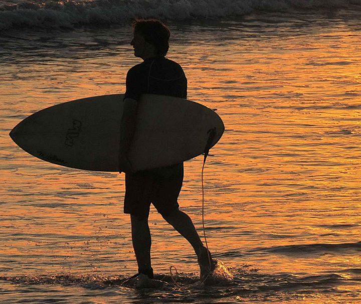 Starke Brandung und ideale Wellen machen den weitläufigen Kuta Beach zu einem der beliebtesten Surfabschnitte auf Bali.