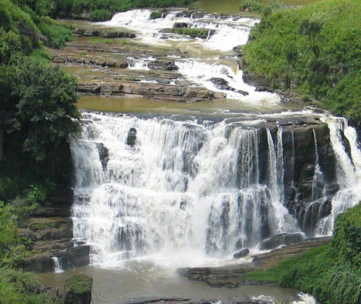 Der St. Claire Wasserfall ist mit einer Höhe von über 265 m der größte von Sri Lanka.