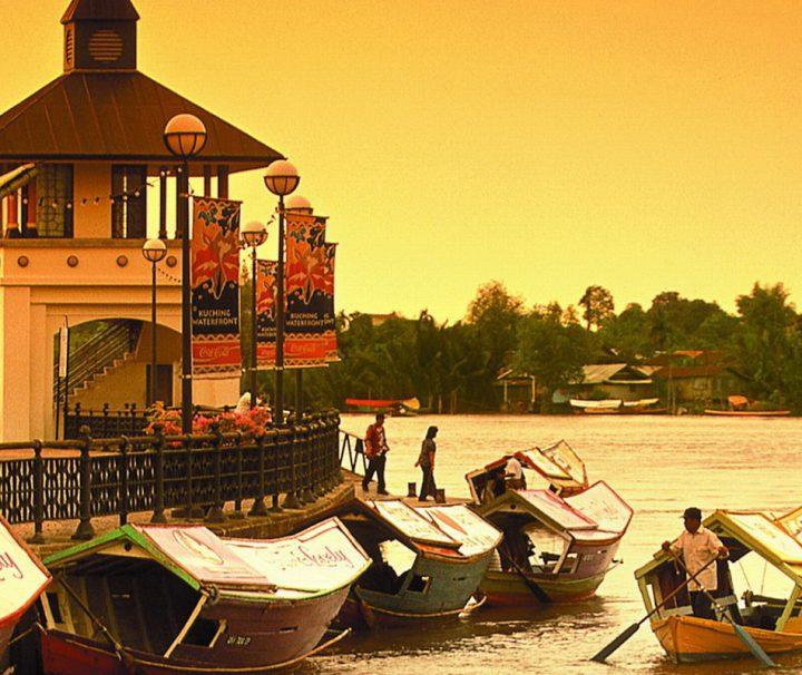 Die Stadt Kuching besitzt eine wunderschöne und sehr gepflegte Uferpromenade entlang des Sarawak-Flusses.