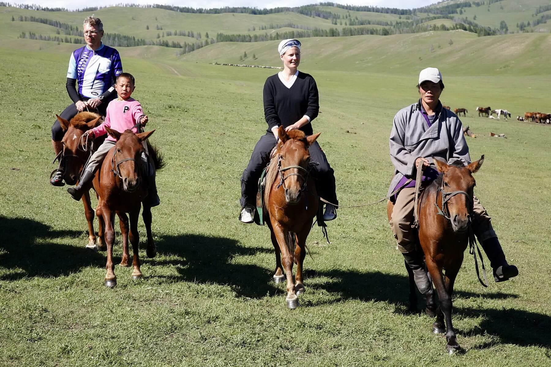 Reiten gehört zur Mongolei einfach dazu und sollte Teil jeder Mongolei Reise sein. Bei einem Ritt durch die weite, unberührte Landschaft stellt sich ein absolutes Gefühl der Freiheit ein.