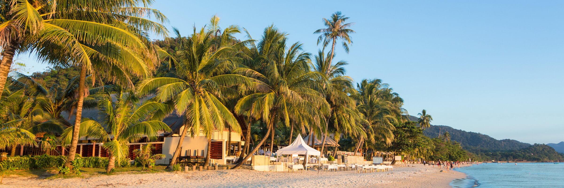 Obwohl der White Sand Beach touristisch gut erschlossen ist und über einige Unterkünfte verfügt, zählt er dennoch zu den ruhigeren Stränden der Insel.