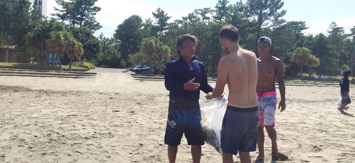In den Austausch mit Einheimischen kommen beim Beachclean-up