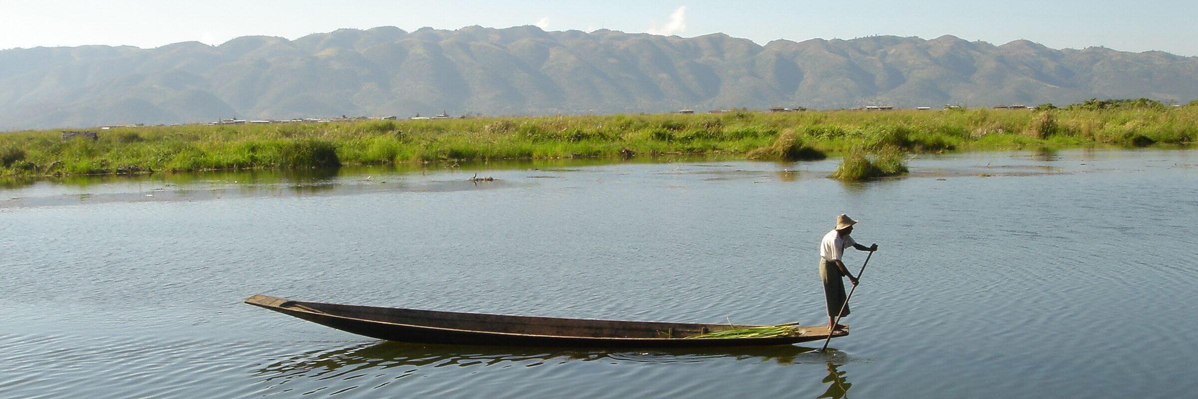 Die Bewohner des Inle-Sees sind für ihre Rudertechnik berühmt, bei der sie stehend ein Bein um das Ruder schlingen, um beide Hände zum Fischfang oder zur Pflege der schwimmenden Gärten frei zu haben.