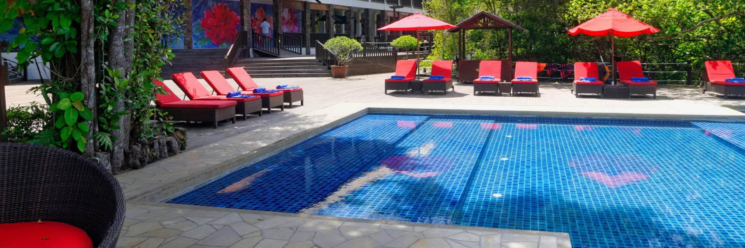 Am Strand und am Pool des Bunga Raya Island Resort & Spa werden Liegen, Badetücher und Sonnenschirme kostenfrei zur Verfügung gestellt.