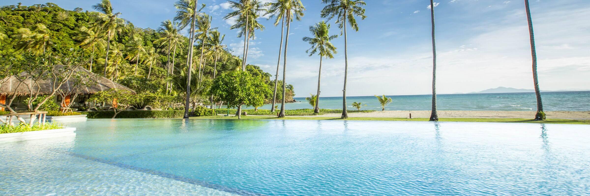 Atemberaubende Panoramasicht vom Infinity Pool im Phi Phi Island Village Beach Resort auf Koh Phi Phi