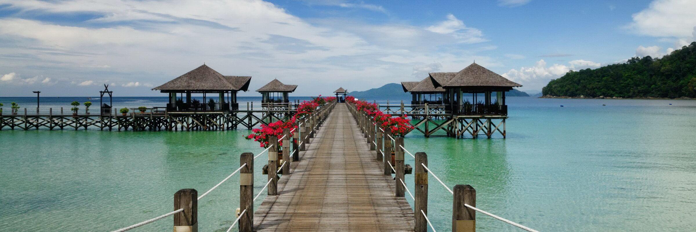 Das Bunga Raya Island Resort & Spa verfügt über mehrere, auf Stelzen gebaute Pavillions, die über Stege miteinander verbunden sind.