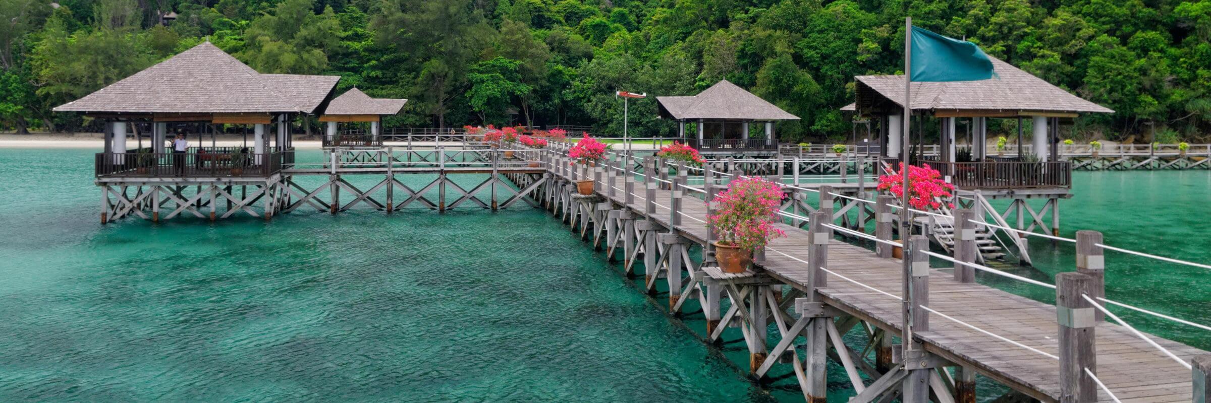 Von den auf Stelzen gebauten Pavillions hat man einen atemberaubenden Blick auf die ruhige Bucht in der das Bunga Raya Island Resort & Spa gelegen ist.
