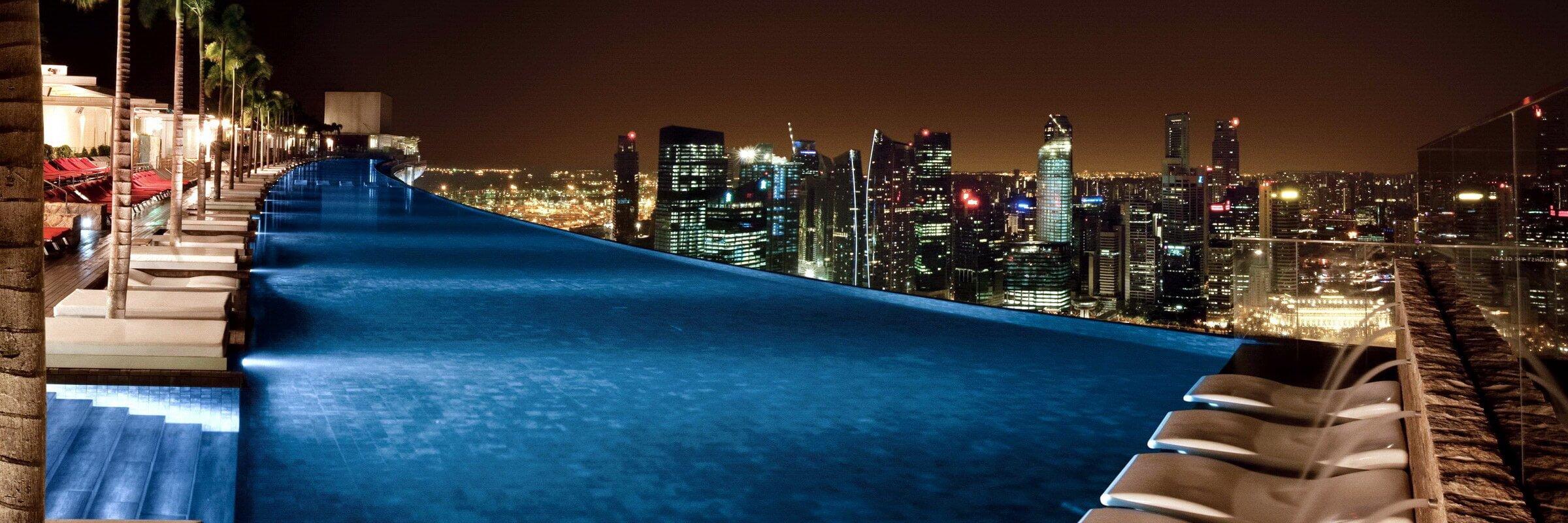 Der einzigartige Pool im Sky Park des Marina Bay Sands mit toller Aussicht bei Nacht