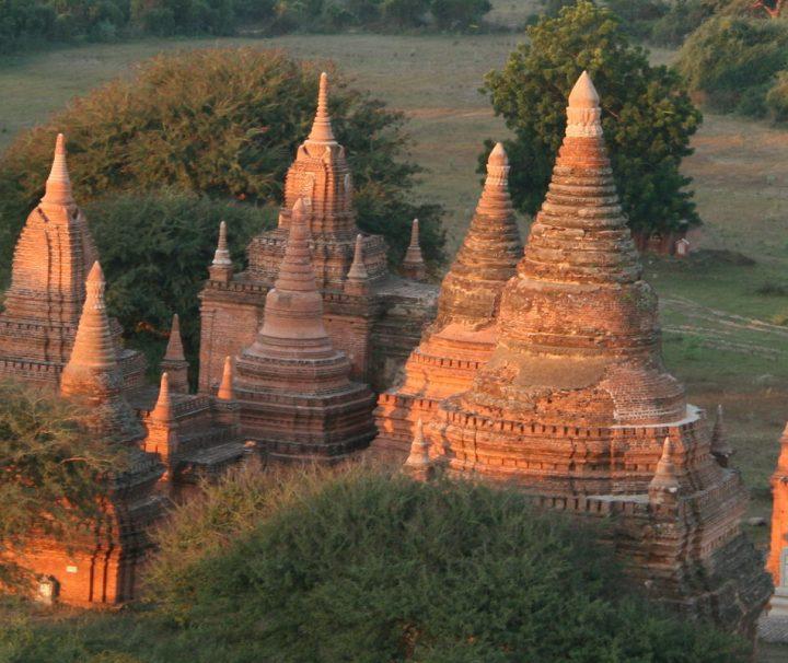 Bagan gehört zum UNESCO-Weltkulturerbe und erstreckt sich über eine Ebene mit tausenden Tempelruinen aus dem 12. Jahrhundert.