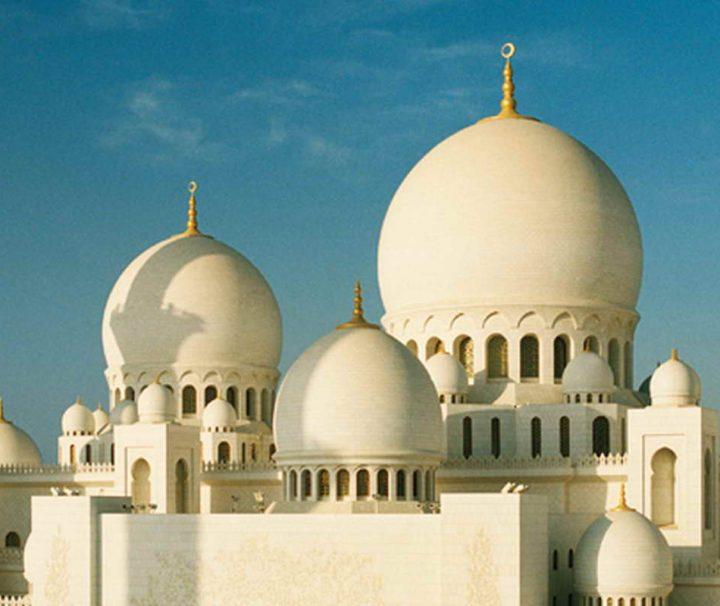 Die Sheikh Zayed Moschee in Abu Dhabi gilt als eine der schönsten Moscheen auf der Welt
