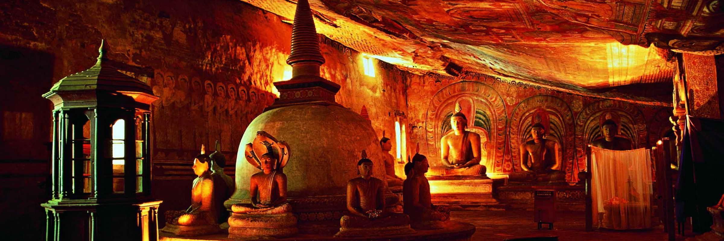 Im Inneren des Tempelanlagen von Dambulla – Sri Lanka und Malediven