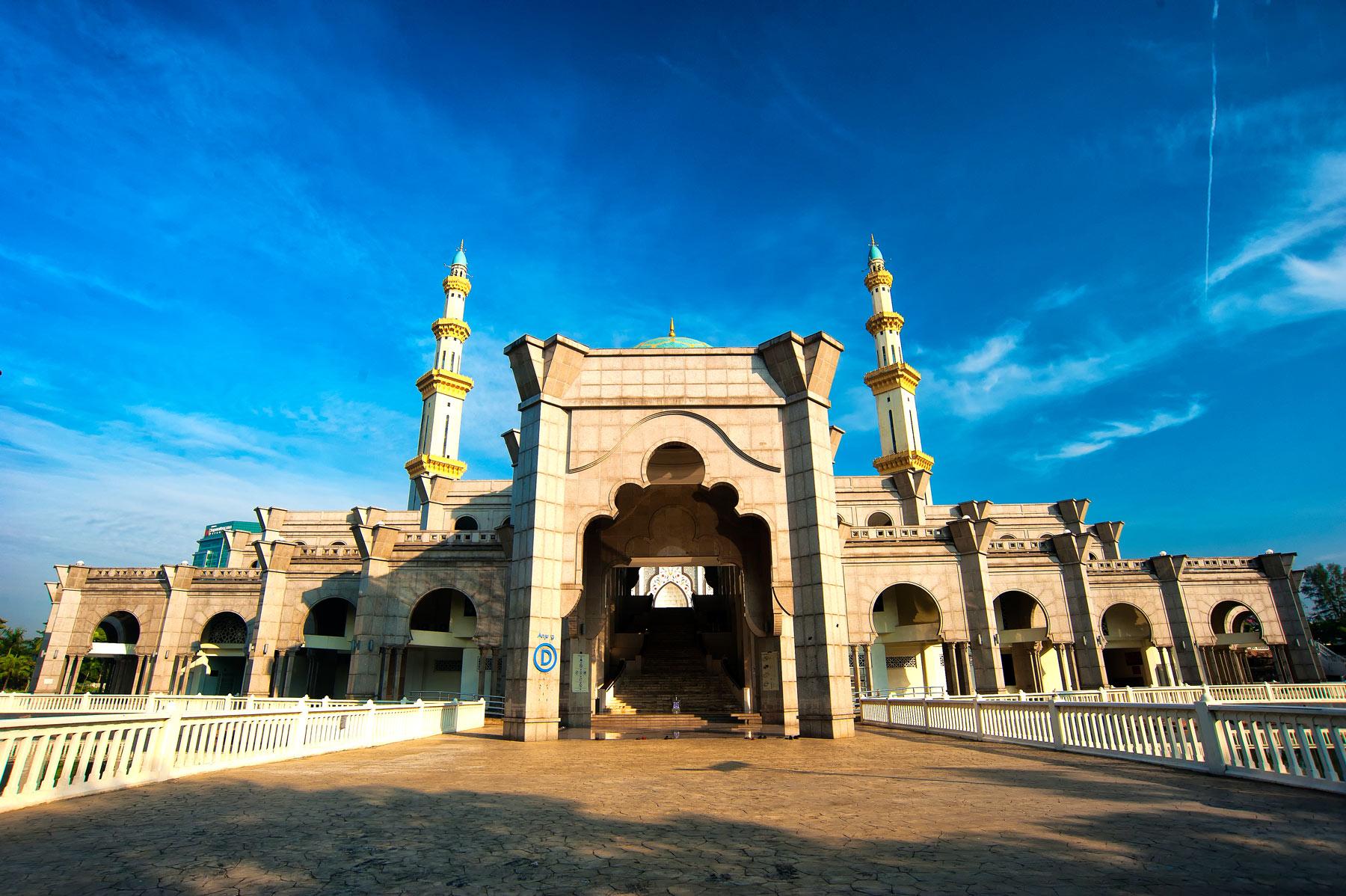 Die Moschee Masjid Wilayah Persekutuan in Malaysia bietet Platz für bis zu 17.000 Personen.