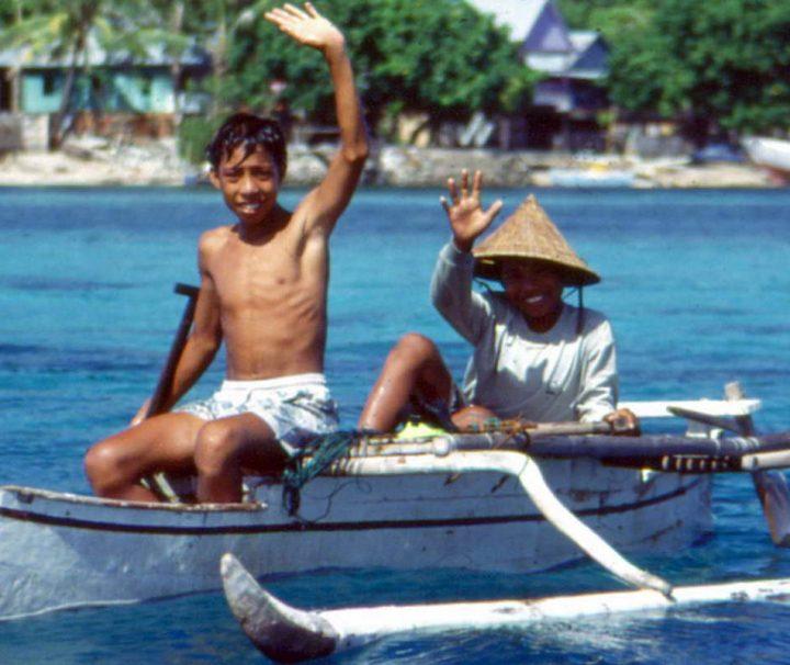 Kinder auf einem Auslegerboot in der indonesischen Provinz Südsulawesi.