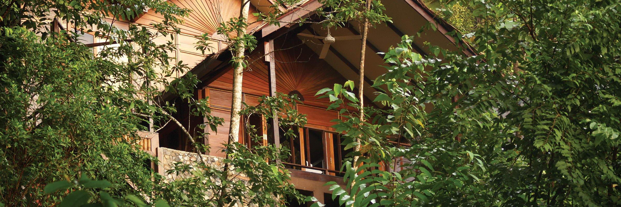Das Hillside Sarang (65qm) ist zweistöckig an eine Klippe gebaut und verfügt über eine Außendusche, ein Tauchbecken mit Whirlpool und ein Sonnenbett.