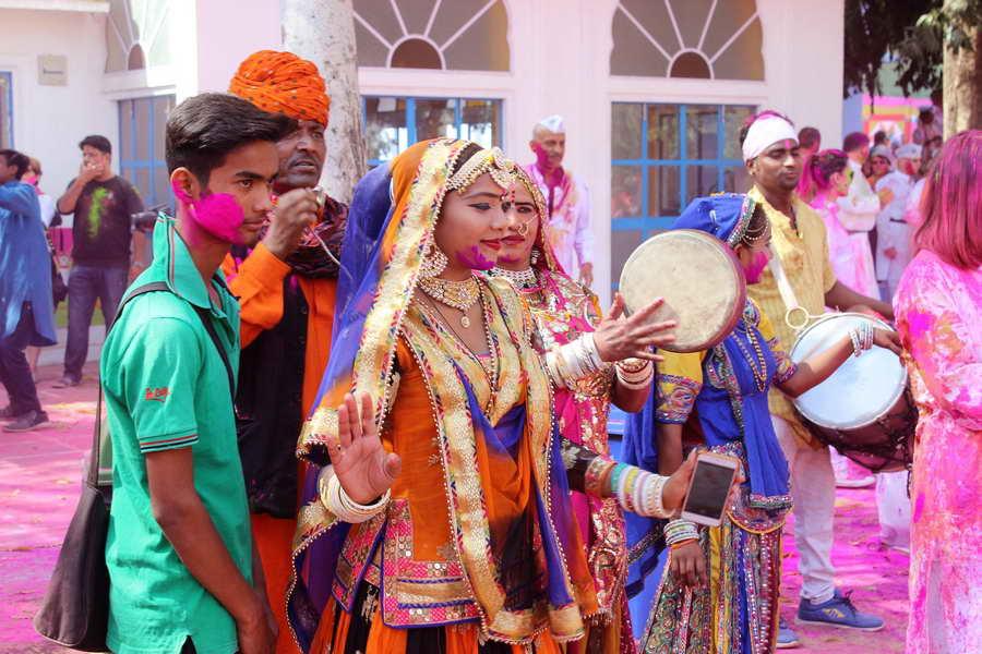 Ein wichtiger Teil des Holi Festes in Indien: Tanz und Musik