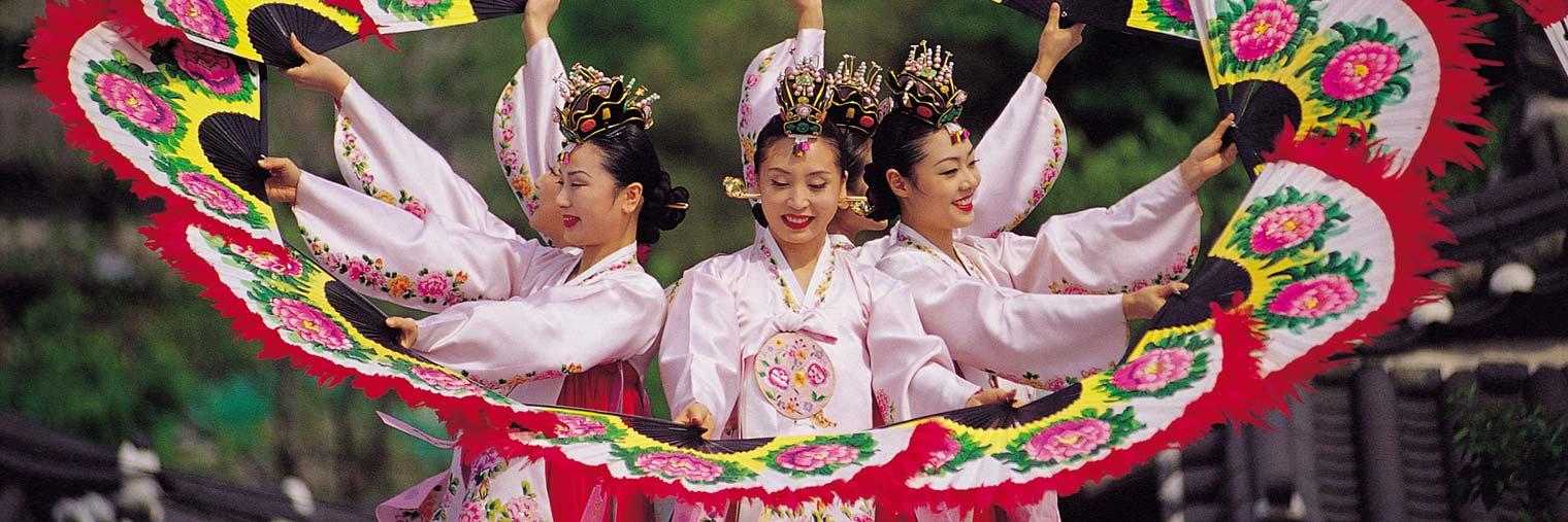 Buchaechum ist ein traditioneller koreanischer Fächertanz, der meist von Tänzerinnen in farbenprächtigen Trachten aufgeführt wird.