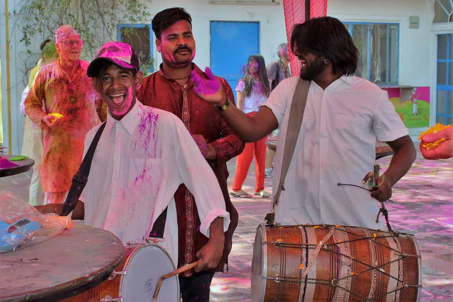Beim Holi Fest in Indien ist in den Straßen überall Musik