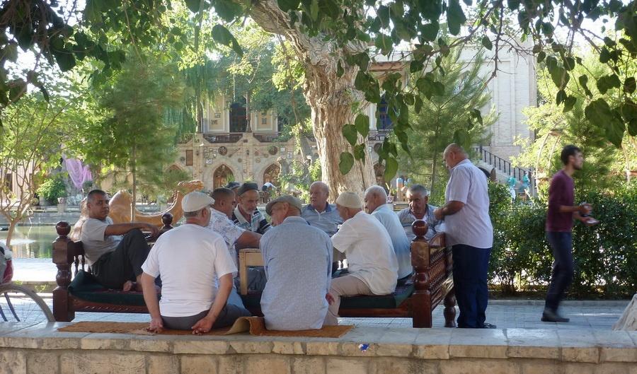 Rentner spielen Domino Labi Hauz in Buchara