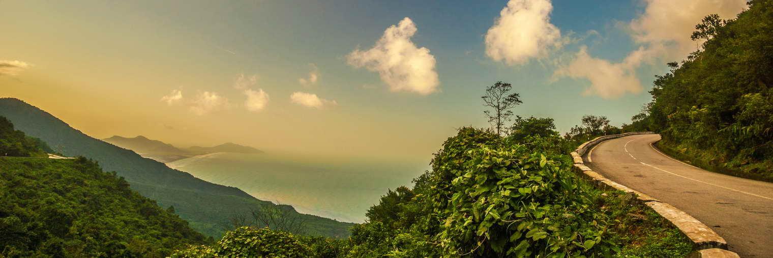 Der Hai-Van-Pass ist etwa 20 km lang, erreicht eine Höhe von fast 500 m und führt über den Ausläufer der Truong-Son-Berge, der bis zum Meer reicht.