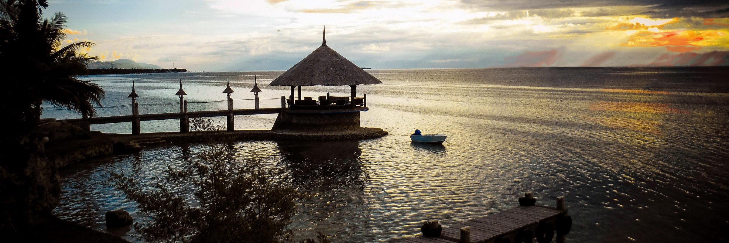 Das Dolphin House Resort auf Insel Cebu bietet eine malerische Kulisse für einen Sonnenuntergang.