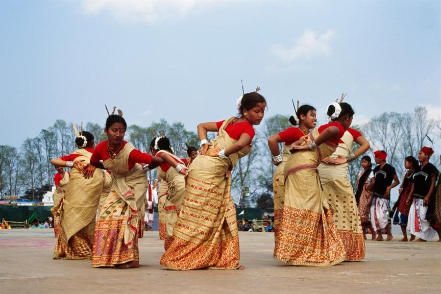 Tänzerinnen des tradionellen Bihu Tanzes in Assam.