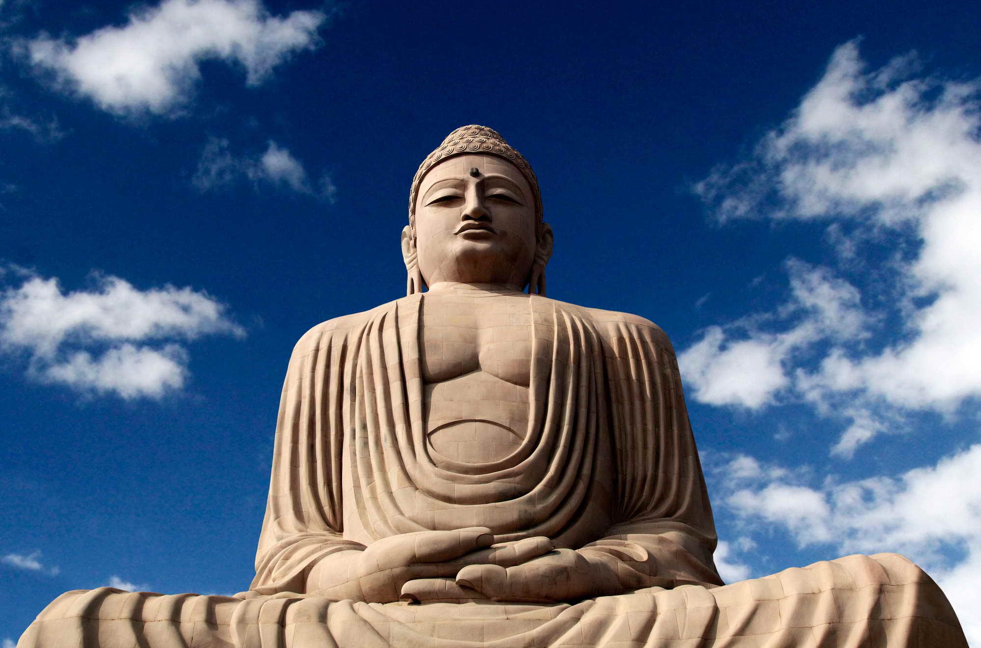Bodhgaya in Nordindien zählt seit 2002 zum UNESCO Weltkulturerbe und ist ein buddhistisches Pilgerzentrum mit vielen Tempeln und Klöstern. Die meditierende Buddhastatue wurde 1989 vom Dalai Lama enthüllt.