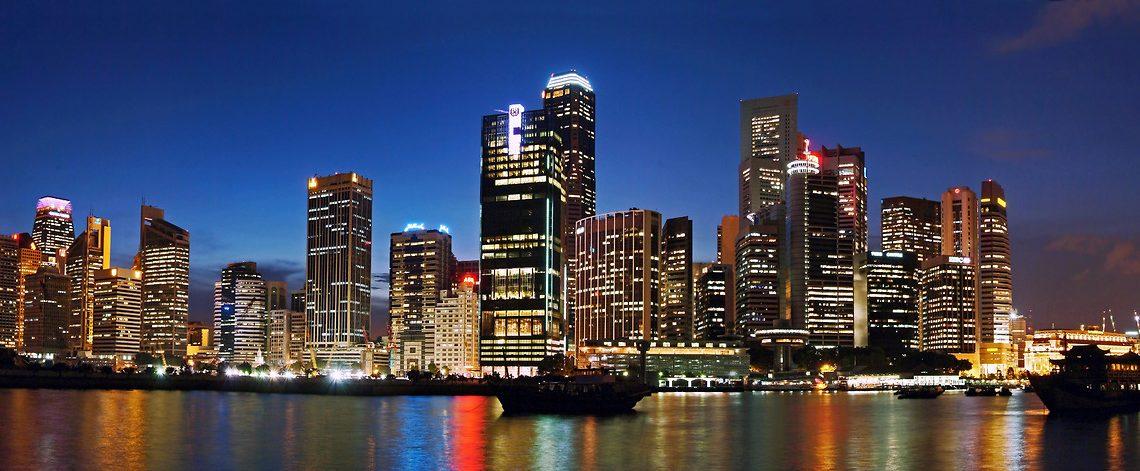 Die beleuchtete Skyline von Singapur ist ein atemberaubender Anblick, an den man sich als Reisender noch lange erinnert.