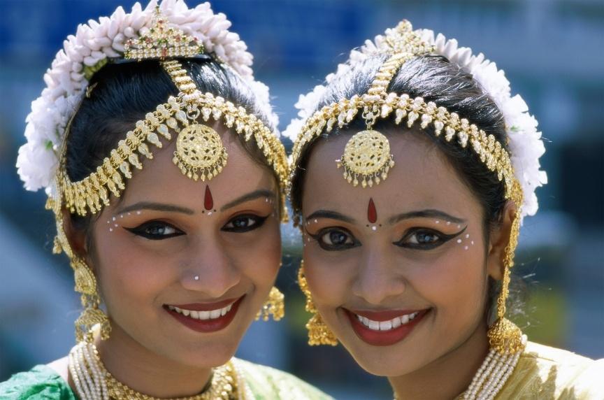Traditionell gekleidete Tänzerinnen