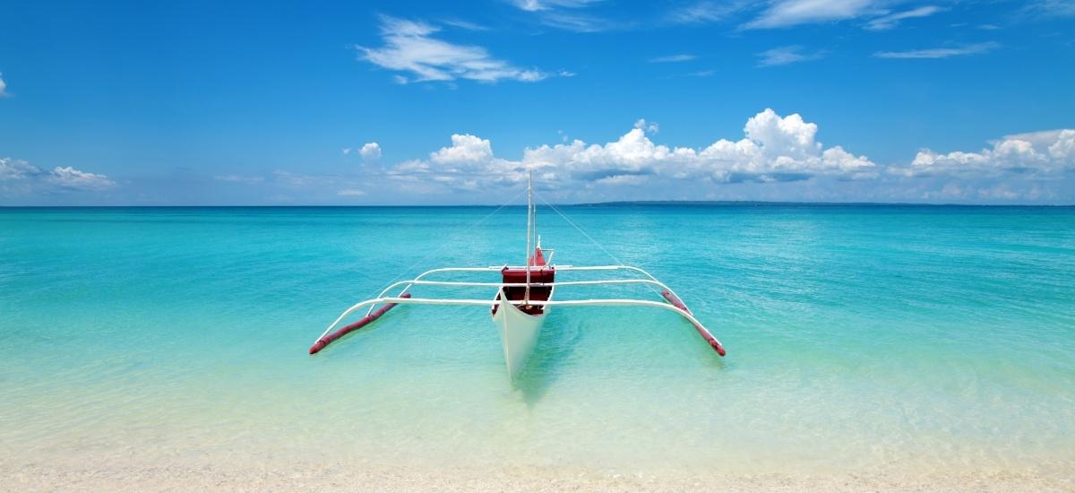 Der traumhafte Strand in Cebu, weiß und blau, wo man gut genießen und ausruhen kann.