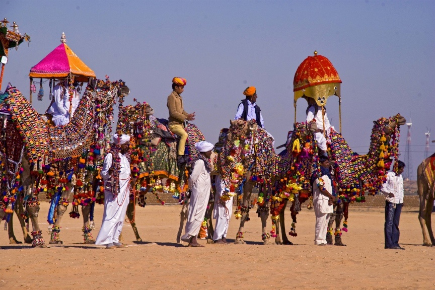 Das Pushkar Mela Festival wird in der Wüste von Rajasthan über fünf Tage hinweg abgehalten. Es beinhaltet eine traditionelle Messe, bei welcher bunt geschmückte Kamele präsentiert werden.