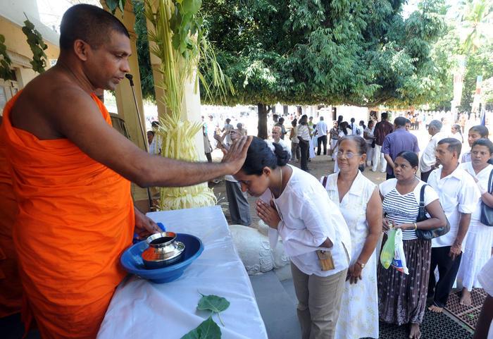 Salbölung an Neujahr in Sri Lanka