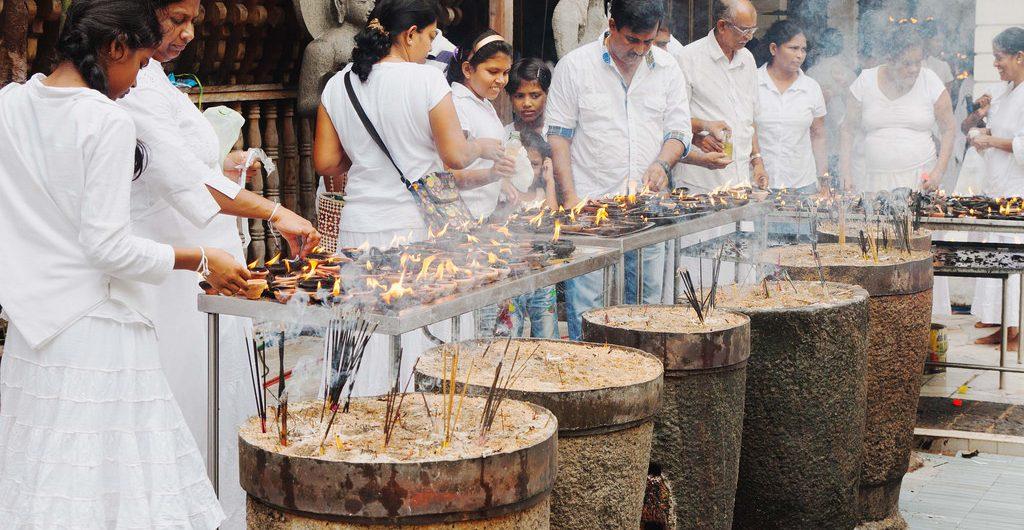 An Neujahr in Sri Lanka sind Tempelbeusche Pflicht