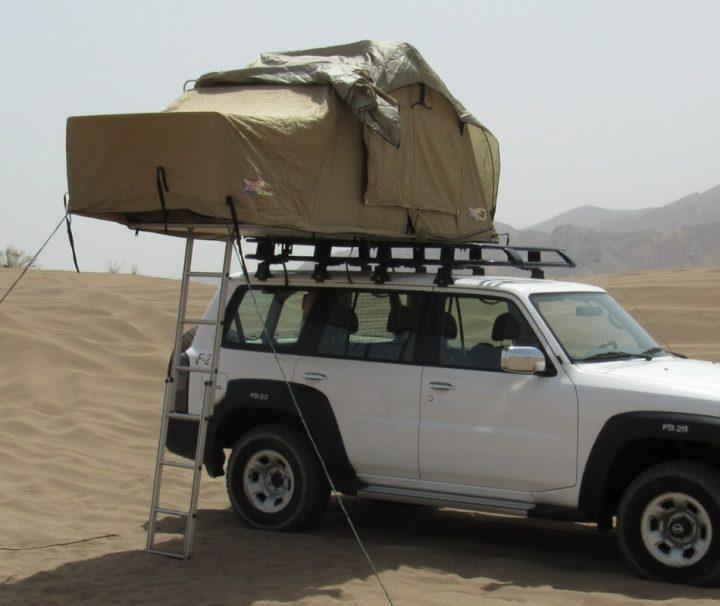 Um den Oman zu entdecken, ist ein belastbares Fahrzeug unerlässlich. Das zuverlässige Nissan-Allradfahrzeug ist für das perfekte Camping-Erlebnis mit einem einzigartigen 2-Personen-Dachzelt ausgestattet.