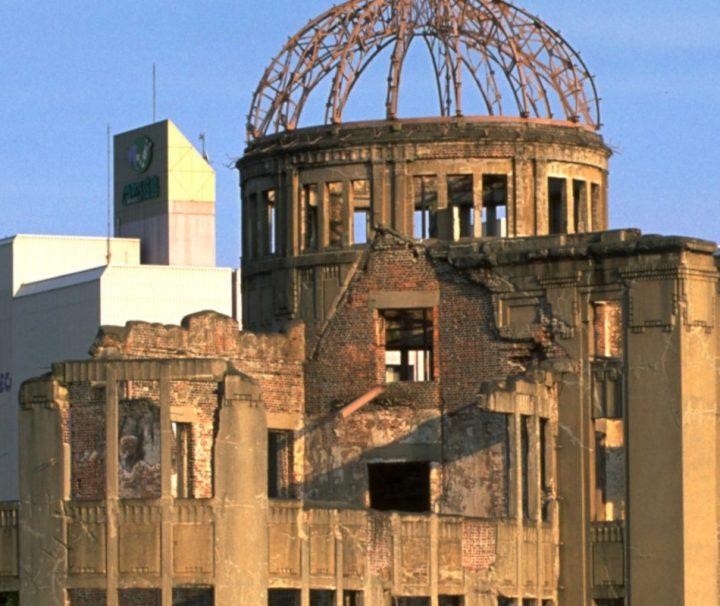 Das Friedensdenkmal zeigt die erste kriegerische Nutung einer Atombombe. 400 Meter ueber dieser Kumpel ging Die erste Atombombe hoch.
